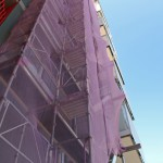 Leva i ett fuskbygge omgärdat av byggställningar tär på hälsan, bilder.