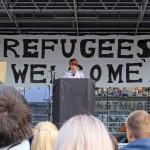 Volontärer välkomnar flyktingar.